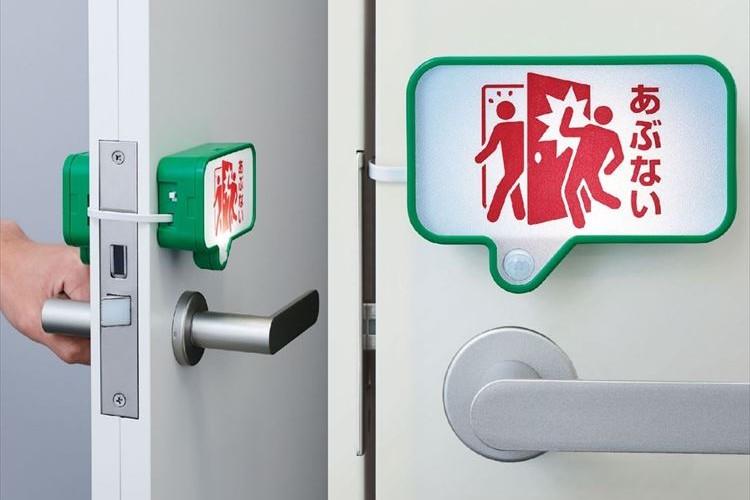 「扉を開けたら人がいてハッ!!とした…」 を解決するセンサー付きライトが登場!