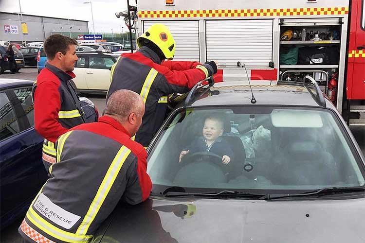 車に閉じ込められた1歳児…レスキュー隊が駆けつけ必死の救助も、本人はニッコリ♪