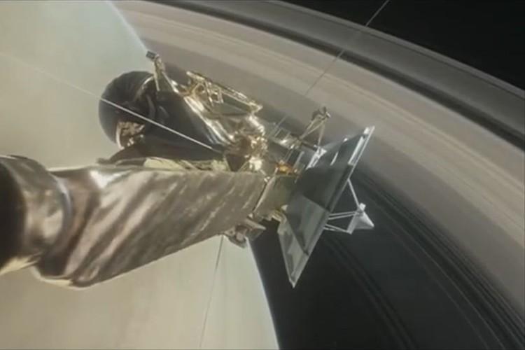"""宇宙観測史上初! NASAの無人探査機が""""土星の輪""""の内部に突入!! 自転速度の謎を解く手がかりに"""