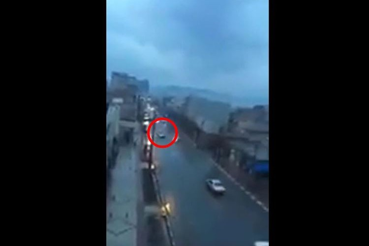 【衝撃的】落雷が車を直撃した瞬間、巨大な岩石が落下してきた瞬間が恐ろしすぎる