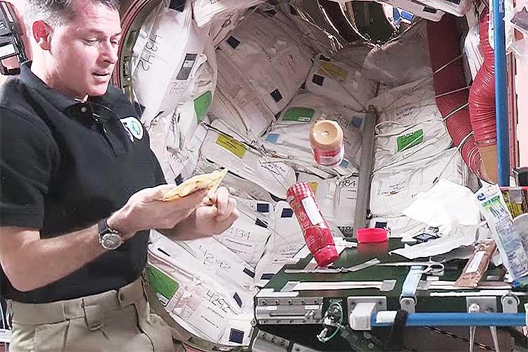 いつか役に立つかもしれない!無重力空間での「宇宙サンドイッチ」の作り方
