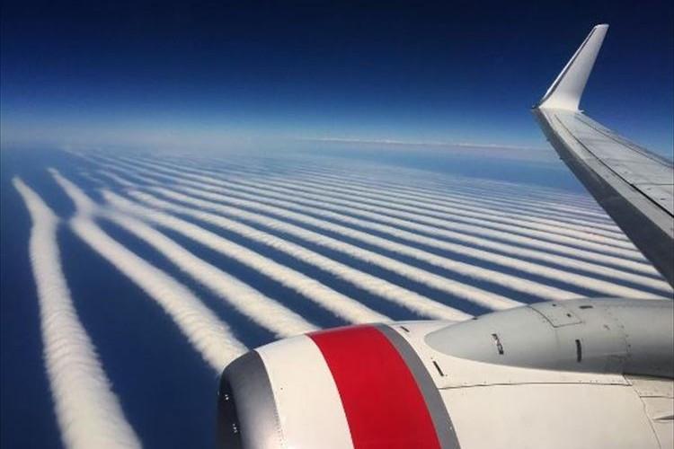 """飛行機から見た波状雲の絶景…""""くっきりとしたシマシマの光景""""が圧巻だった!"""