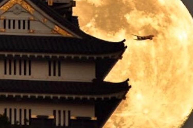 「城と月と飛行機」完璧な瞬間を捉えた写真が美しい!!
