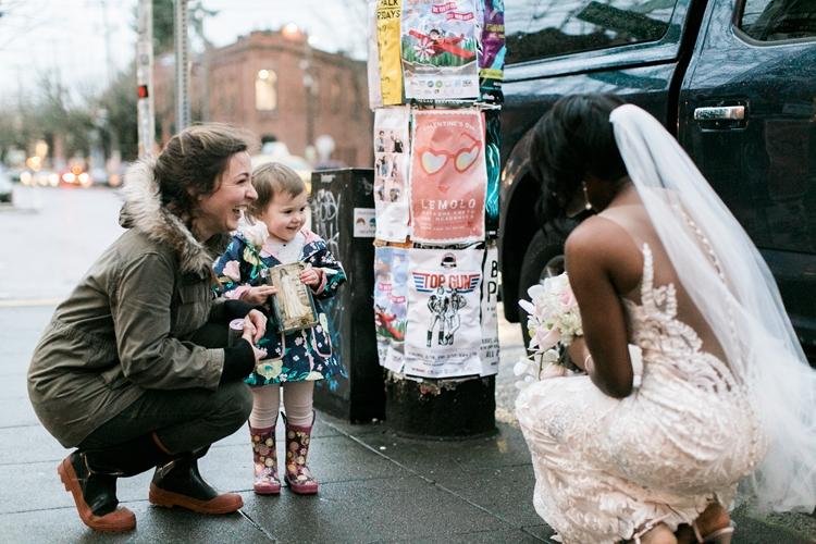 インターネットで起こった奇跡!撮影中の花嫁を本物のプリンセスと勘違いした女の子のエピソード