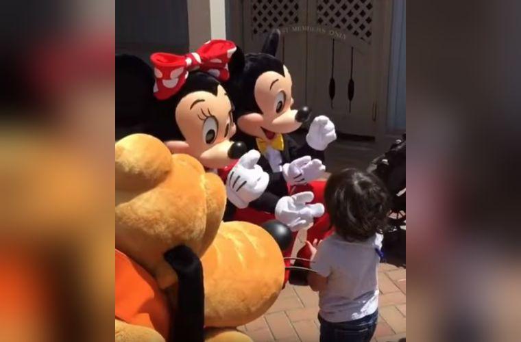 少年大よろこび…ミッキー&ミニーが耳の不自由な少年に手話で『はじめまして』