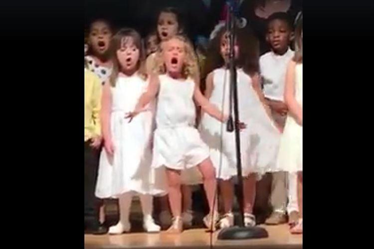 4歳の少女が合唱で凄まじい表現力を発揮して超目立つ!! 宇宙へ飛んでいきそうな勢い