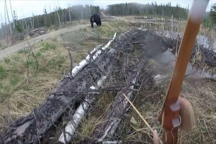 【動画】間合いを取りながら…突如、ハンターに猛然と襲いかかるクマ!! その後…