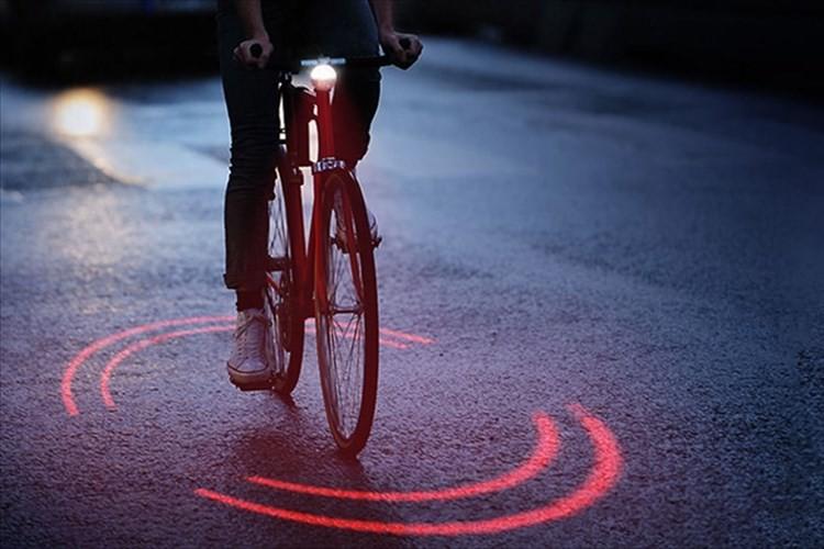 「日本でも普及してほしい」赤い光の輪が視認性抜群!! ミシュラン開発のライトが話題に