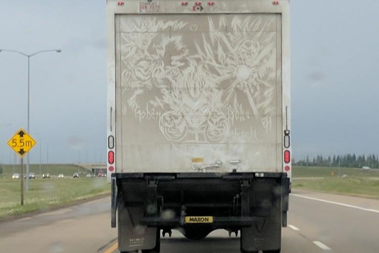 車の汚れで描くいたずら描きのクオリティが高すぎる!!