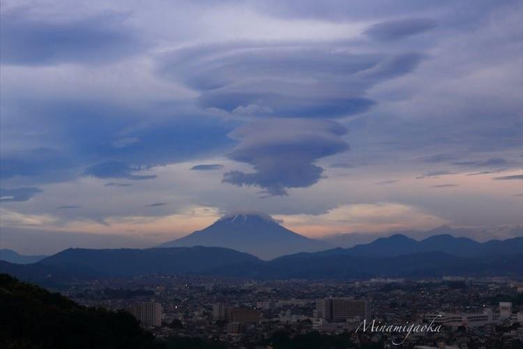 台風の影響なのか!?富士山に出現した「吊るし雲」が幻想的だと話題に