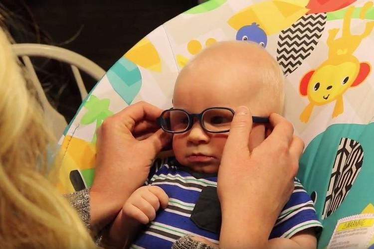 生まれつき目が不自由な赤ちゃん、初めてママの顔を見てビッグスマイル