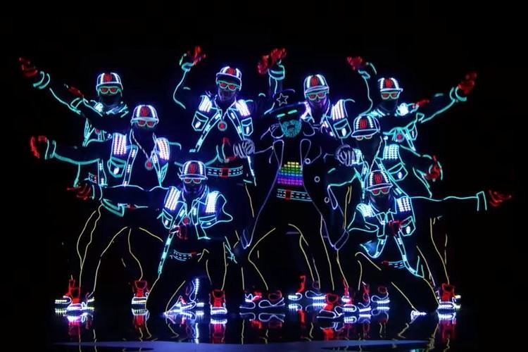 これぞエンターテイメント!LEDの光を駆使したダンス集団のパフォーマンスがカッコ良すぎ!