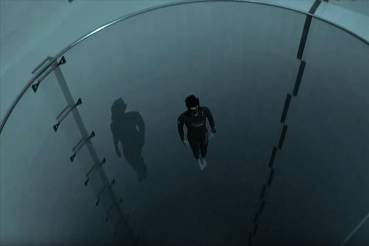 """12階建てビルがすっぽり """"世界で一番深いプール""""に潜っていくダイバーの映像が話題に!"""