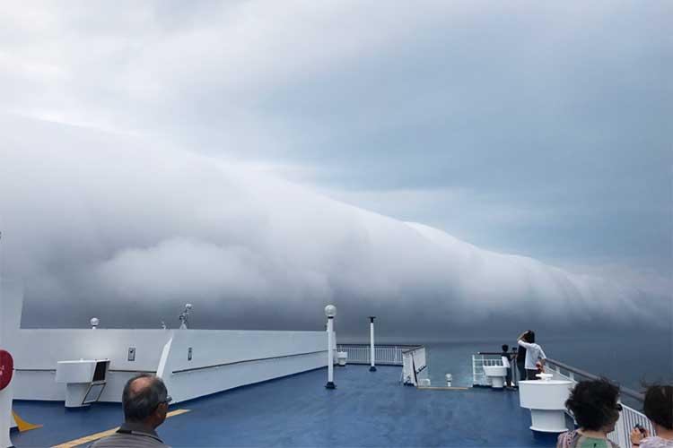 「まるで白大蛇のようだ」「凄まじい威圧感…」船の上で遭遇した異様な雲の正体は?