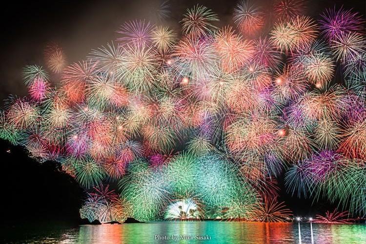 夜空一面に千輪菊が広がる!三重県紀北町「きほく燈籠祭」の大花火が美しい