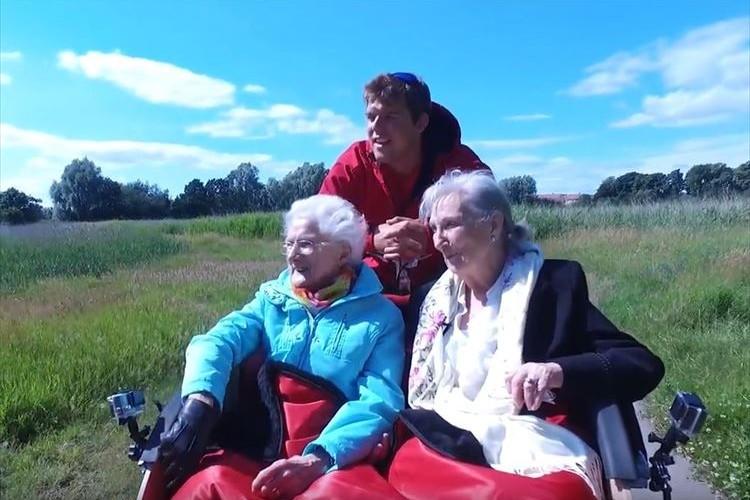 高齢者を人力車に乗せて外へ…とある大学生のボランティア活動に称賛の声