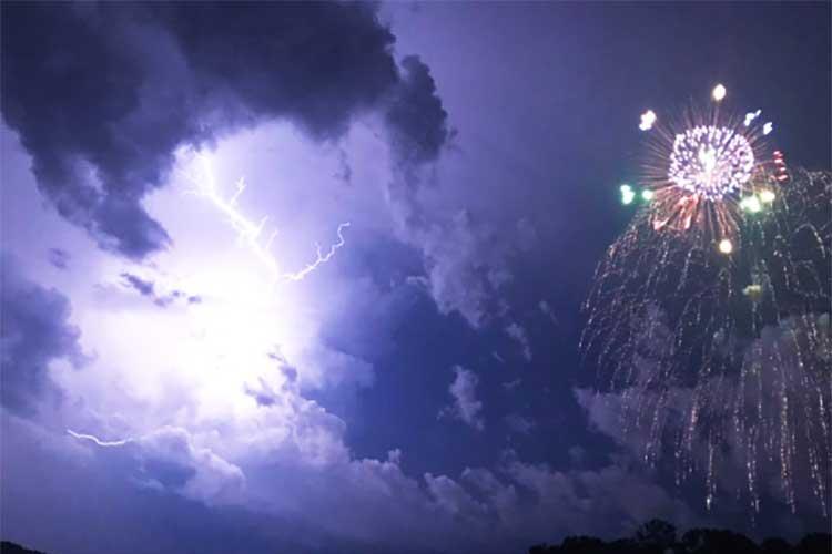 【決定的瞬間】花火と稲妻が同時に光った瞬間が撮影される!米・花火大会での珍現象