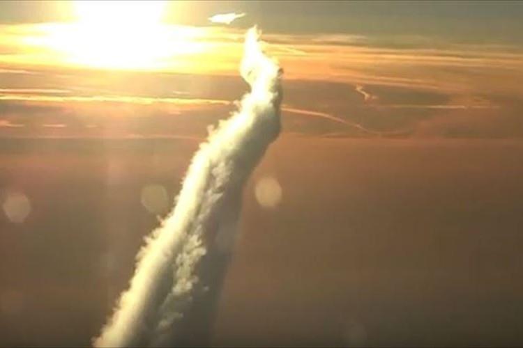 【動画】ロシアの上空に巨大な飛行機雲!! 龍が昇るような光景がスゴイ!!
