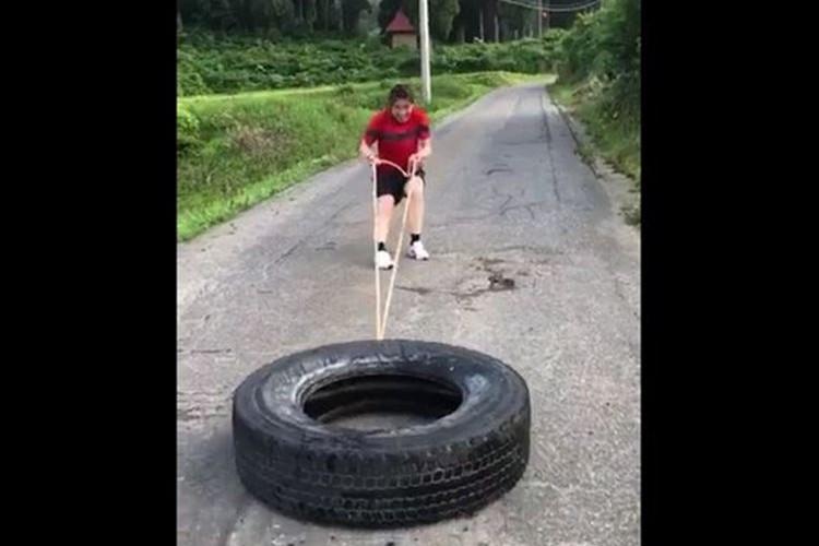「そのタイヤ2tでしょ」「片手でも余裕レベル」吉田沙保里のタイヤ引き動画にみんなが大喜利