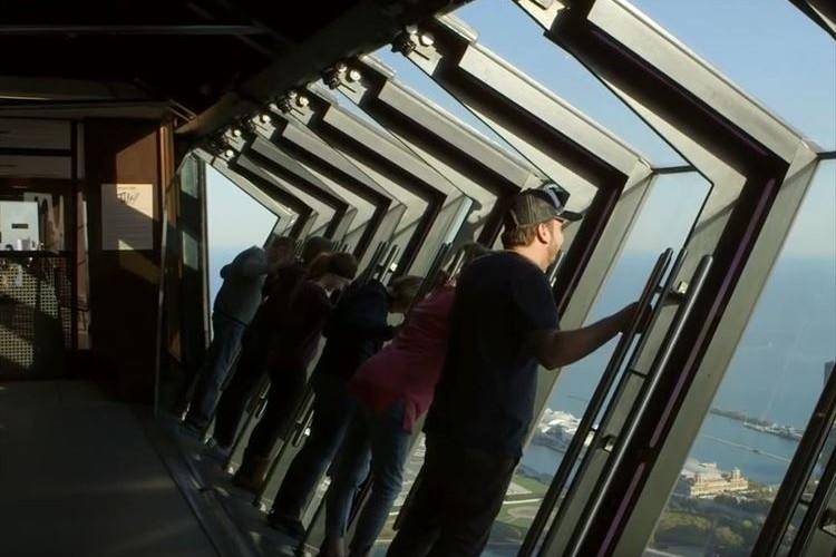 超高層ビル 94階の窓がゆっくりと傾く…斬新なアトラクションが怖すぎる!