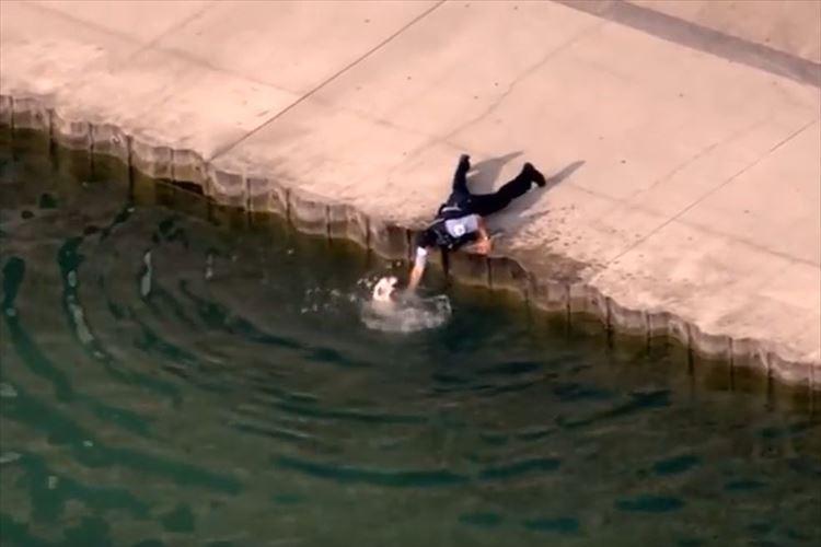 湖に落ちた犬を近くにいた警察官がスピーディーに救助!! その判断と行動に称賛の声
