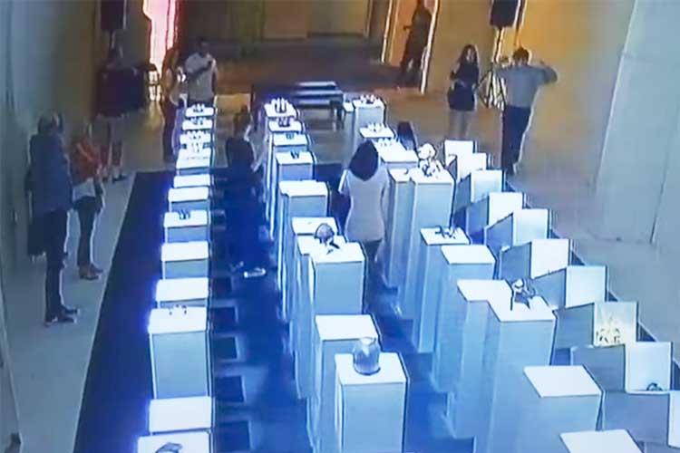 美術館で自撮り→作品がドミノ倒しで約2200万円の損害。壊れたクラウンの新たな物語。