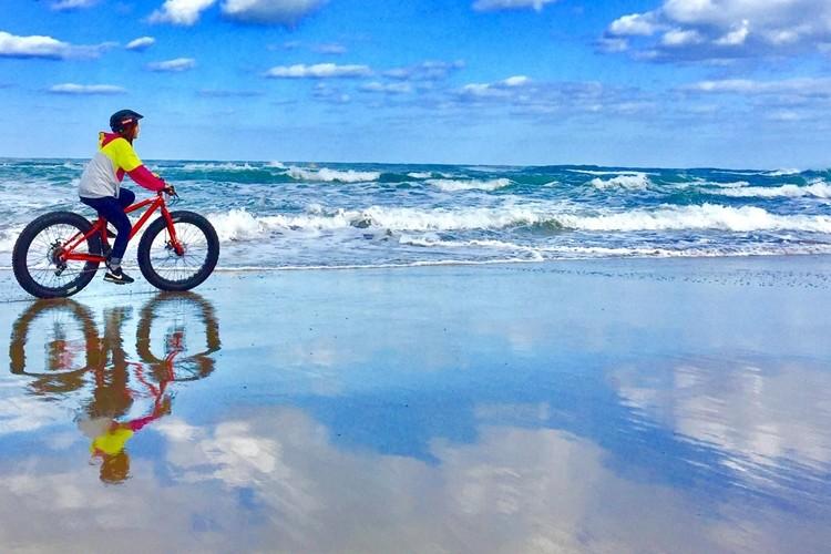 鳥取砂丘でウユニ塩湖みたいな写真が撮れる!?絶景を自転車で走るファットバイクツアーが話題!