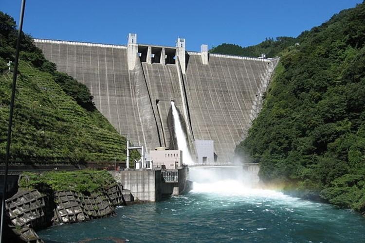 宮ケ瀬ダムの水が減り、過去の遺産が顔を出した画像が惹きこまれる!