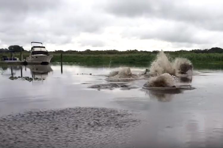 何この川怖い!得体の知れない何かがうごめく恐怖の川!!
