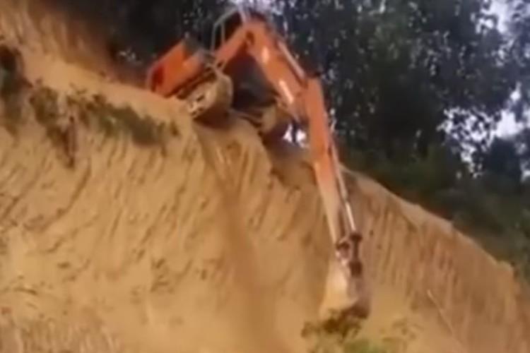 まさか嘘だろ...驚愕の方法で断崖絶壁を降りるショベルカーが危険すぎる!