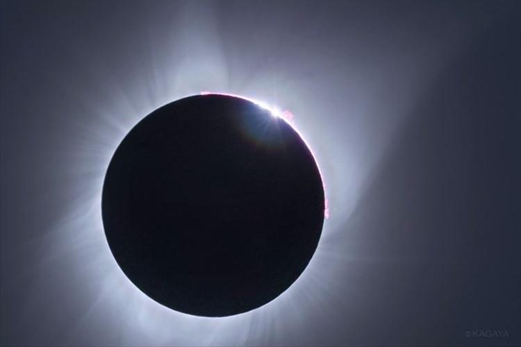 99年ぶりに皆既日食が北米大陸を横断!太陽の光がこぼれだすダイヤモンドリングの瞬間