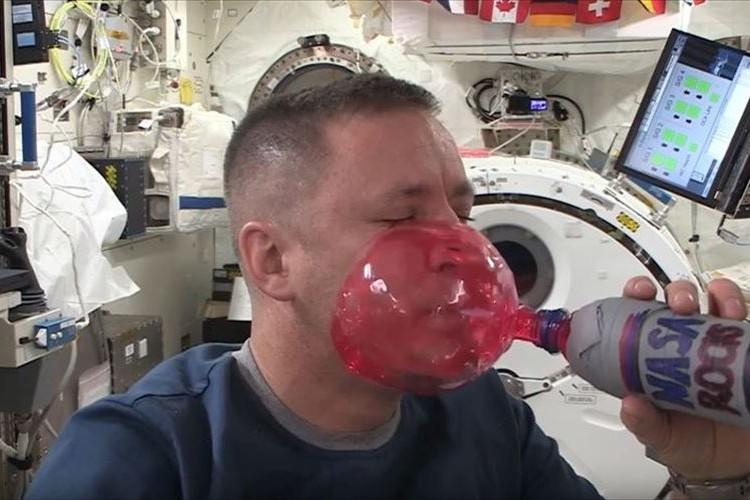 無重力状態でストローへ息を吹き込んだらこうなった!宇宙での実験映像に反響