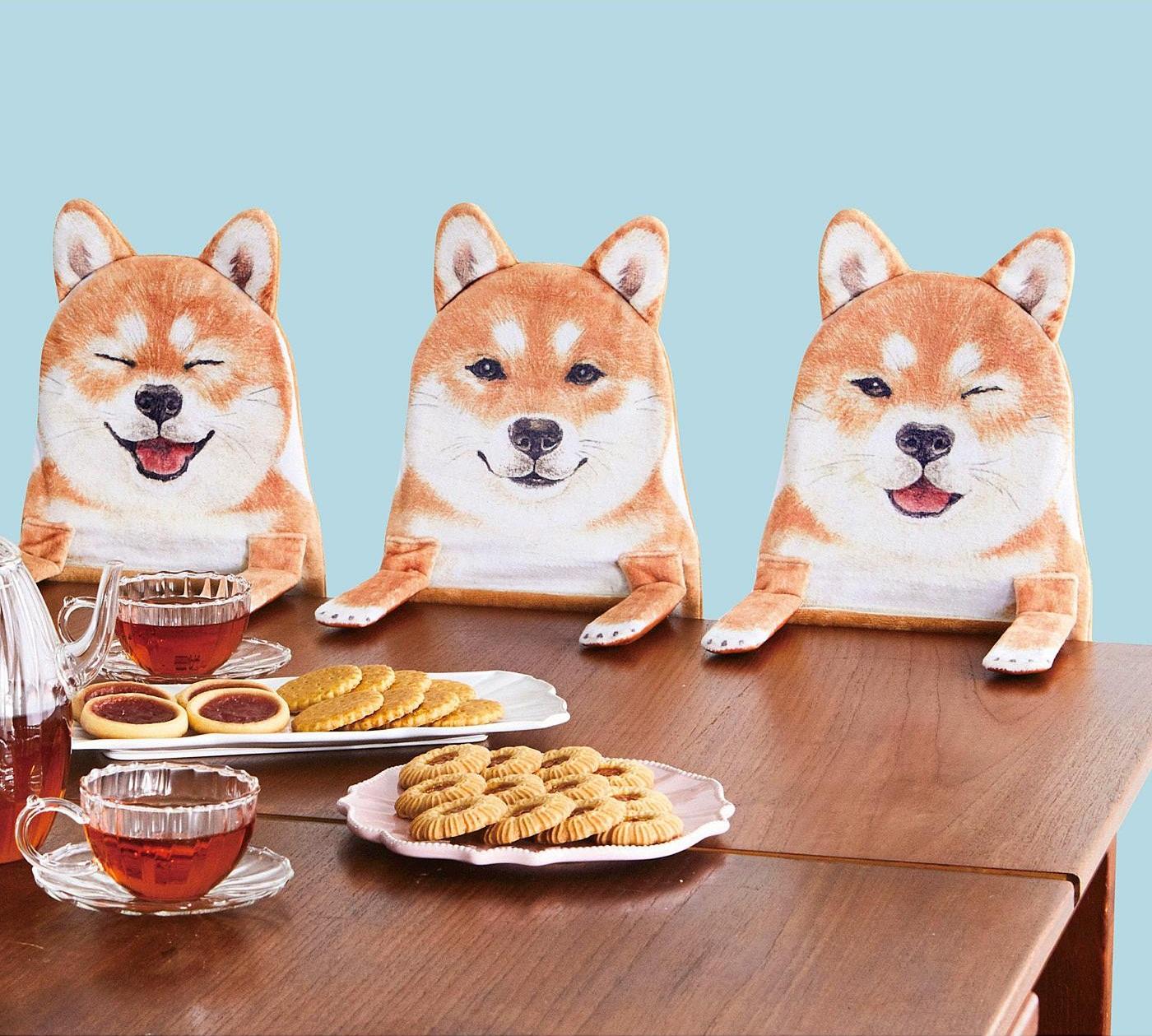 「一緒にお茶でもどう?」机からちょこんと顔を出して語りかける柴犬たちのハンギングラックが可愛い