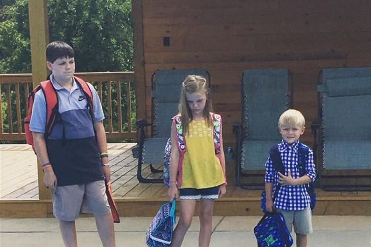 「やったー!夏休みが終わった!」子供たちとママのテンションのギャップを表す一枚の写真が話題に!