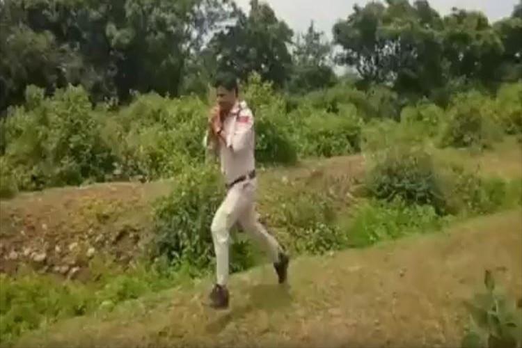 400人の子供たちを守るため、10キロの不発弾を背負い1キロ走った警察官に称賛の声