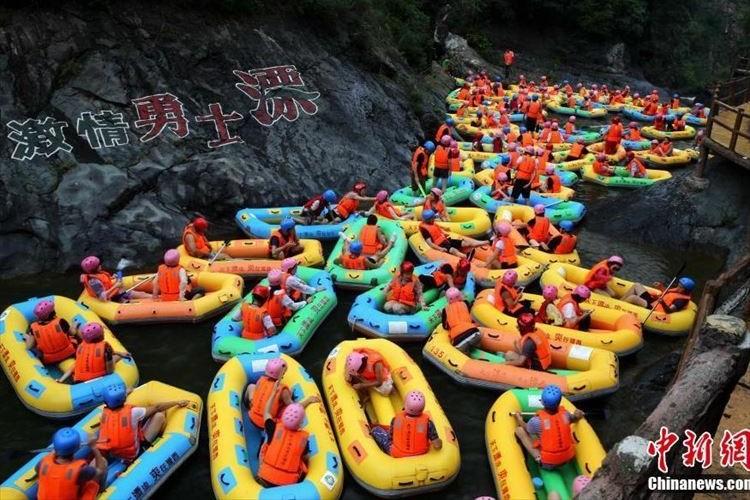 ボートが多すぎる!前に進まない…異様なラフティングの光景が話題に…中国河南省
