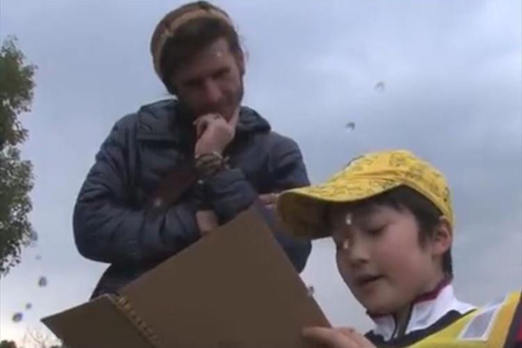 外国人観光客を相手に流暢な英語で「おもてなし」をする2人のスーパー小学生がスゴい!