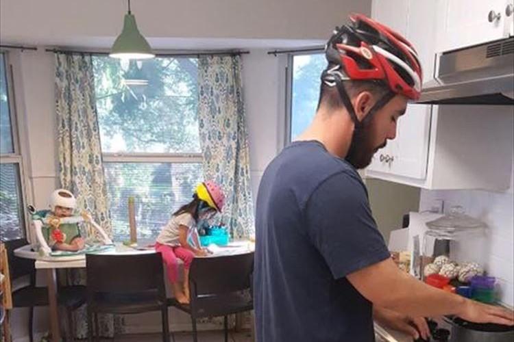 室内でも皆でヘルメットをかぶる家族…そこにあったのは、生後4ヶ月の弟を想う姉の愛情