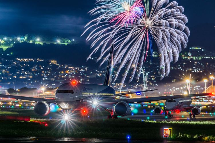 【決定的瞬間】まるでイラストのよう…飛行機と花火の奇跡のコラボ写真が幻想的!