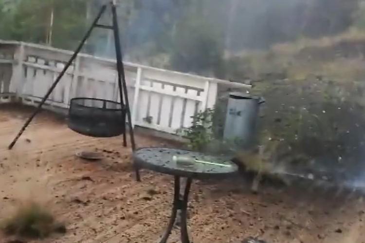 【戦慄の瞬間映像】わずか5メートル先に落ちた雷の尋常じゃない威力に恐怖