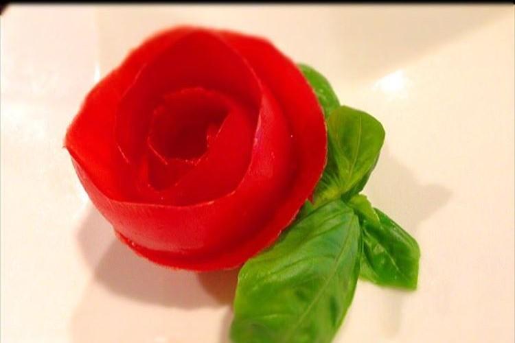 冷製パスタの飾りにいいかも!美しくて食べられる「トマトの薔薇」の作り方が話題