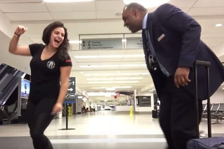 空港で一晩過ごす羽目になった女性が、空港でダンス動画を作って話題に!