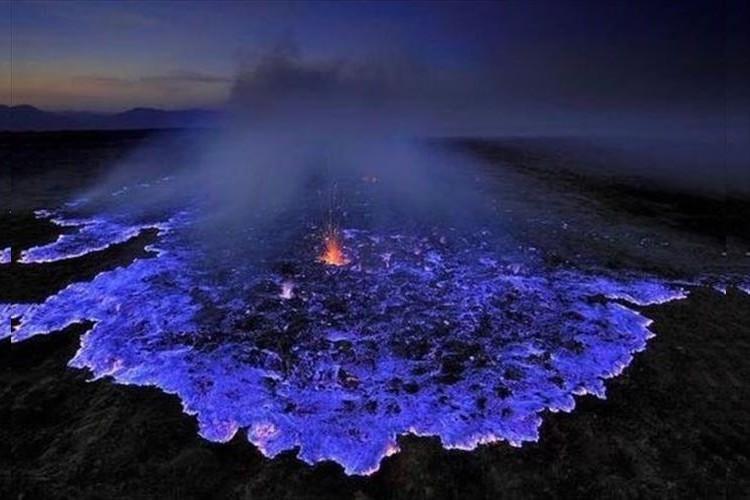 まるで地獄のような絶景!インドネシアで見られる『青いマグマ』が幻想的で美しい