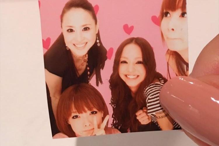 歌手aikoが安室奈美恵ら豪華メンバーと撮影したプリクラを公開「机の中にお守りのように入れています」