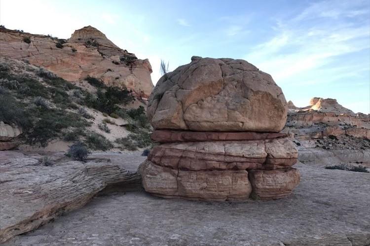 """「かぶりつきたくなるぜ…」まるで""""ビッグマック""""のような岩が発見されて話題に!"""