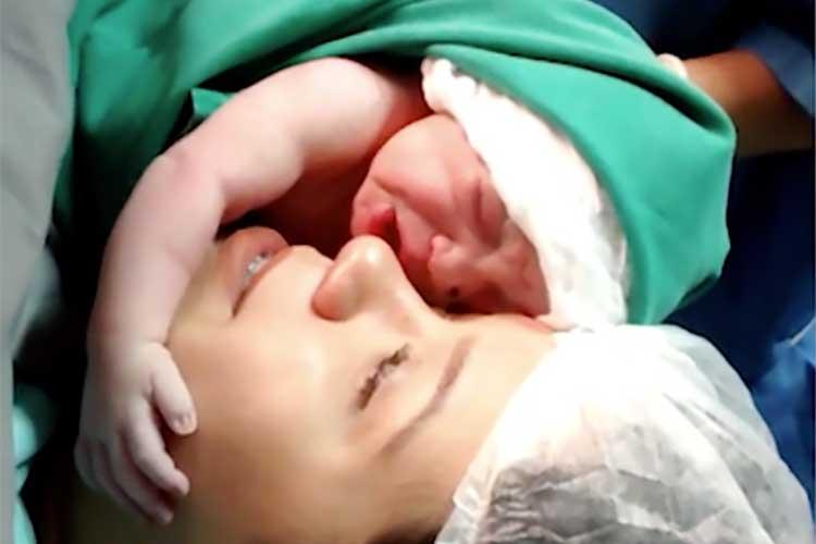 【感動映像】産まれた瞬間の新生児がママの顔に抱きついて涙を流す