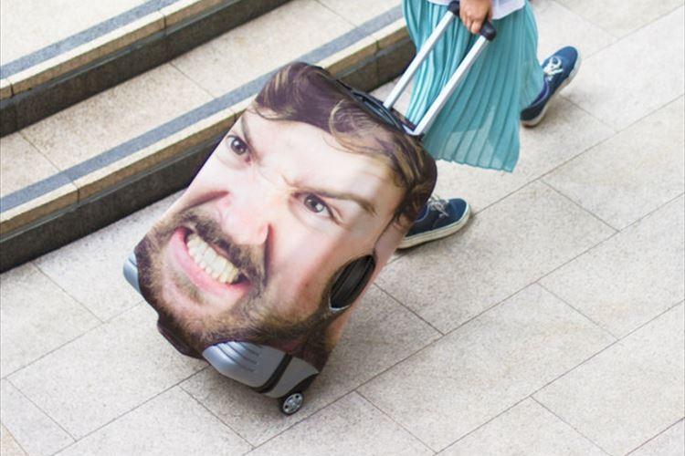 これは間違いようがない…自分の顔をプリントしたスーツケースカバーがユニーク!