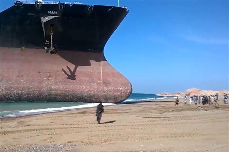 大型貨物船がパキスタンのビーチへ向かってきて座礁…その理由とは!?