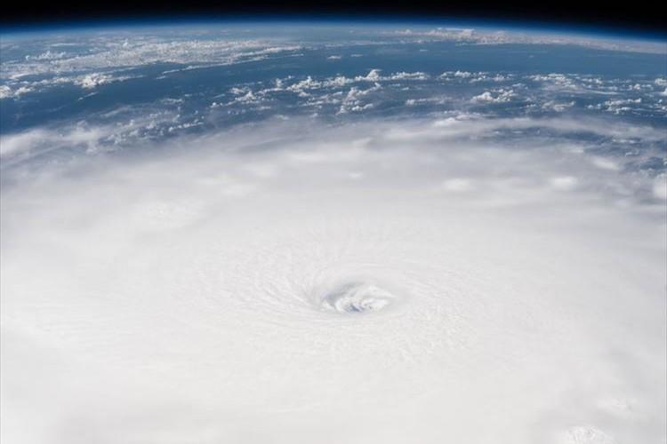 宇宙から撮影した大型ハリケーンの「目」が恐ろしい…NASAが映像など公開