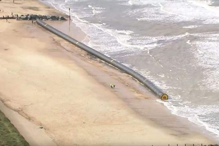 イギリスの海岸に巨大なパイプが漂着!デカすぎて異様な光景…これは一体何!?